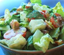 Овощной салат с орешками и заправкой на травах