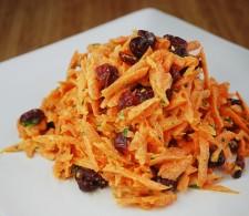 Морковный салат с чесноком и сушеной вишней