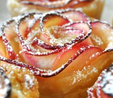Розочки из слоёного теста с яблоками