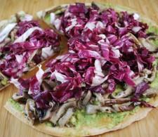 Пицца с авокадо, грибами и рукколой