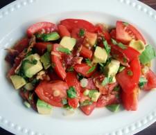Базилик с беконом и томатами