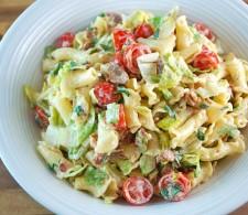 Паста-салат с помидорами и беконом