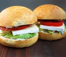 Сэндвич с беконом сыром и авокадо