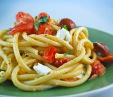 Паста Букатини с томатами и базиликом