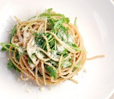 Спагетти с анчоусами и рукколой