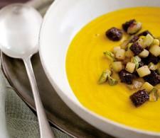 Тыквенный суп-крем с фисташками и яблоком